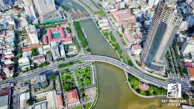 Điểm đầu tiên của khu đất vàng Bến Vân Đồn là cầu Khánh Hội giúp kết nối quận 1 và quận 4