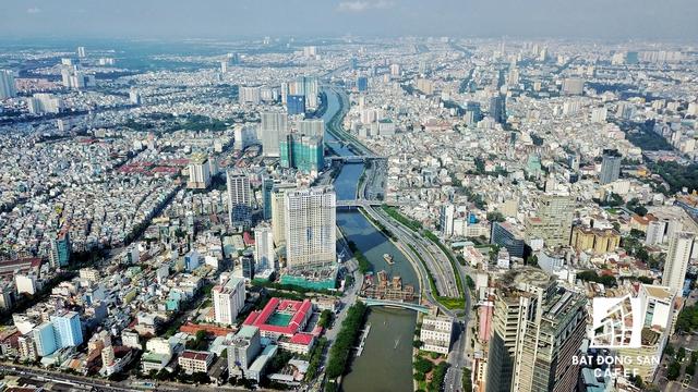Sau khi nâng cấp mở rộng với chiều dài gần 3km cho 6 làn xe, tuyến đường Bến Vân Đồn đã chính thức đi vào khai thác từ tháng 2/2013. Cùng với đường Võ Văn Kiệt (phải), tuyến đường này đã tạo nên cảnh quan đẹp cho khu vực trung tâm Thành phố.