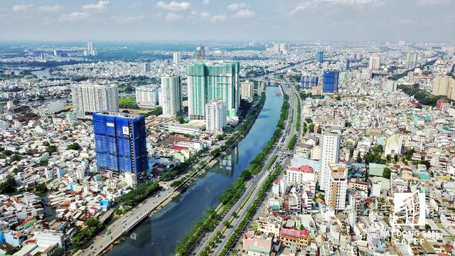Toạ lạc tại số 278 – 283 Bến Vân Đồn, dự án Grand Riverside được phát triển bởi Công ty CP Đầu tư Địa ốc Tiến Phát. Dự án được xây dựng trên khu đất rộng 2.300m2, cao 22 tầng với quy mô 240 căn hộ.