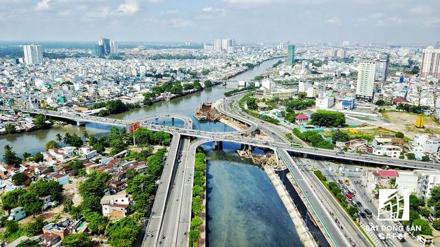 Về vị trí, đường Bến Vân Đồn chỉ cách quận 1 bằng những cây cầu như Khánh Hội, Calmette, Ông Lãnh và Nguyễn Văn Cừ.