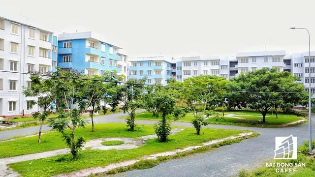 Một số công viên bên trong từng cụm chung cư do không được chăm sóc đang trở thành địa điểm tụ tập của nhiều thành phần vô gia cư