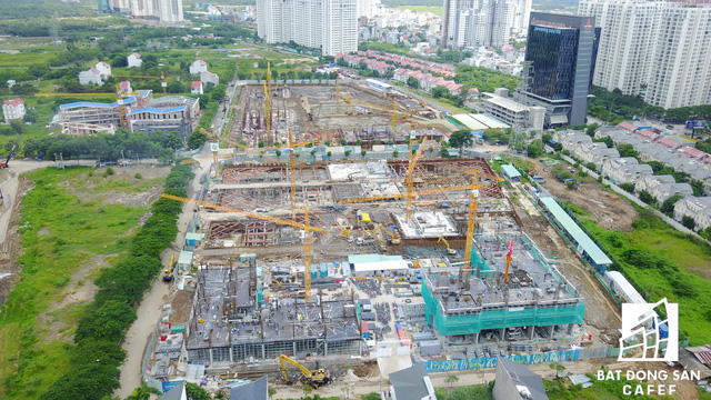 Ngay cân cầu Rạch Đĩa trên đường Nguyễn Hữu Thọ, Novaland vừa hoàn thành thi công phần hầm dự án Sunrie Riveside và bắt đầu thi công phần cao tầng.