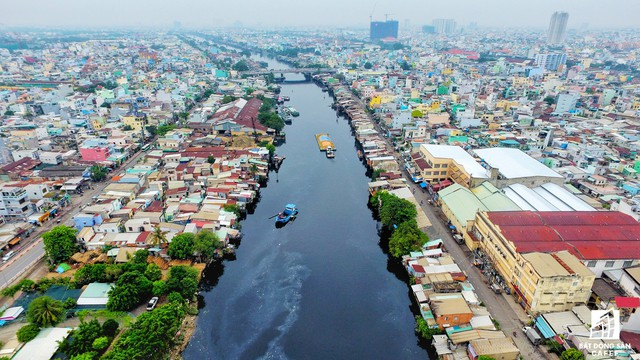 Trong năm 2018, Sở Xây dựng được giao phối hợp các quận huyện hoàn tất lựa chọn chủ đầu tư thực hiện các công trình trọng điểm gồm: dự án di dời, giải phóng mặt bằng tuyến bờ nam kênh Ðôi; dự án rạch Xuyên Tâm và dự án rạch Văn Thánh.