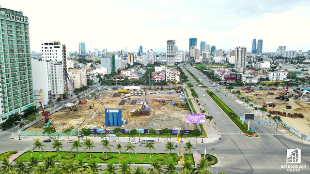 Khu đất rộng 2,4ha của chủ đầu tư Kim Long Nam nằm 2 mặt tiền đường đang được thi công tổ hợp condotel.