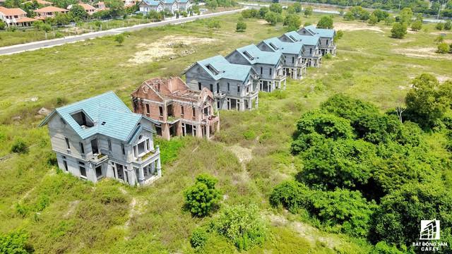 Bên cạnh hàng trăm khu resort hoạt động sôi nổi, vẫn còn đâu đó một vài dự án trùm mền suốt nhiều năm liền.
