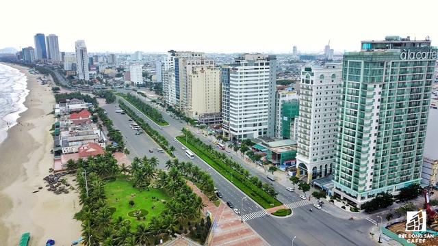 Tuyến đường Võ Nguyên Giáp chạy dọc bãi biển Mỹ Khê đang là khu vực dày đặc dự án căn hộ khách sạn.