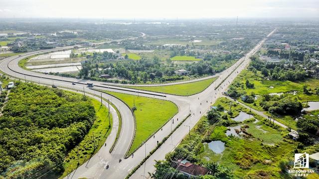 Long An thừa hưởng giá trị của các dự án hạ tầng lớn kết nối với lõi đô thị lớn nhất nước là TP HCM. Ví dụ dự án mở rộng đường Nguyễn Hữu Thọ - Nguyễn Văn Tạo thành đường 6 làn xe nối thông với các khu công nghiệp của tỉnh