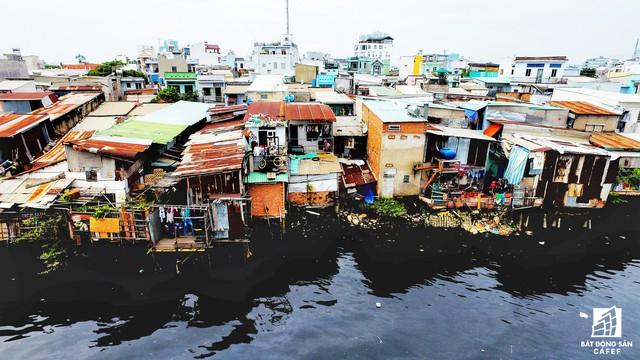 Trên địa bàn thành phố hiện có khoảng 57 tuyến kênh rạch với khoảng 20.000 căn hộ cần phải di dời.