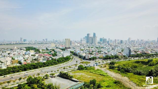 Dự án nằm ở vị trí vừa giáp biển, vừa giáp sông Hàn.