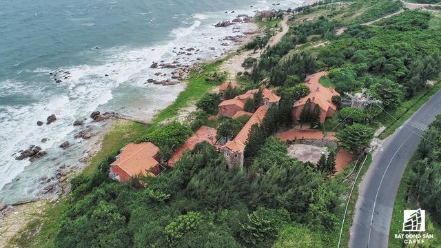 Khu vực Kê Gà sở hữu đường bờ biển khá đẹp và còn hoang sơ, nhưng hàng loạt dự án nghỉ dưỡng đã chết yểu quá sớm.