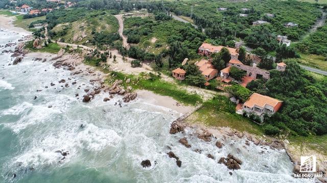 Tại đây, vẫn còn hình ảnh những khu resort, nghỉ dưỡng bị bỏ hoang phế khiến nhiều người cảm thấy ám ảnh, tiếc nuối.