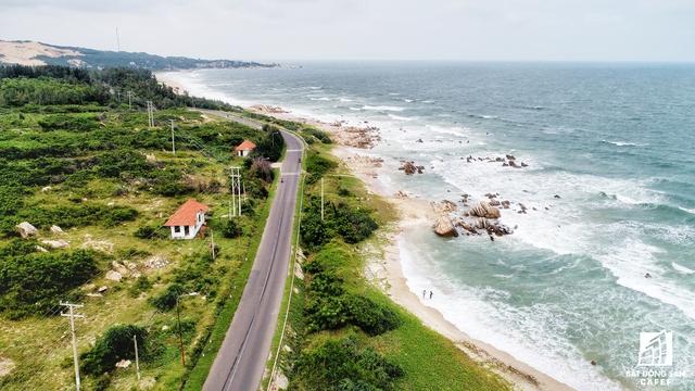 UBND tỉnh Bình Thuận đã có chủ trương đầu tư nâng cấp và mở rộng tuyến đường ven biển Kê Gà, kỳ vọng sẽ làm hồi sinh các khu nghỉ dưỡng ở đây.