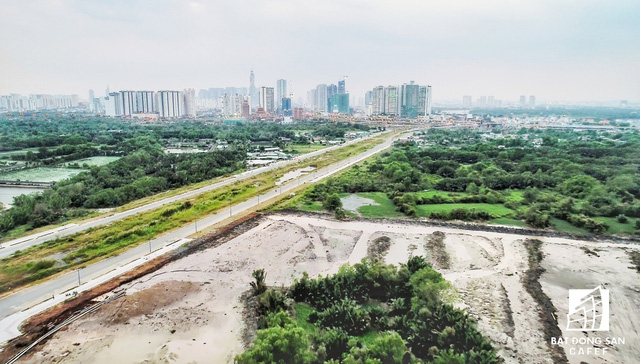 Theo quan sát, trong ngày 12/12 các nhà thầu đang tấp nập thi công san lắp mặt bằng một số khu vực trên khu đất của dự án Khu liên hợp thể thao Rạch Chiếc để chuẩn bị xây dựng một tòa nhà làm văn phòng điều hành.