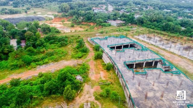 Tổng diện tích sàn xây dựng là 167.705m2, trong đó diện tích đất xây dựng bệnh viện là 129.300m2. Tổng vốn đầu tư xây dựng hơn 2.318 tỷ đồng, bằng nguồn vốn ngân sách và xổ số kiến thiết tỉnh.