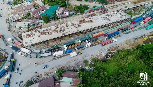 """Khu cảng biển Cát Lái (quận 2, TPHCM) là một trong những khu """"nóng"""" về ùn tắc giao thông ở TPHCM. Khoảng 50% lượng container ra vào các cảng biển của đất nước với khoảng 20.000 lượt xe tải, xe container đi qua mỗi ngày là nguyên nhân chính gây ra tình trạng ùn tắc giao thông ở đây."""