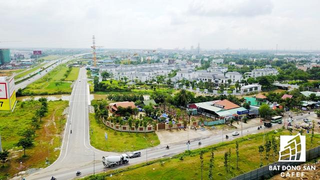 Quanh các con đường cạnh đường dẫn lên tuyến cao tốc đang xuất hiện nhiều dự án khu đô thị quy mô lớn, đa phần của các đại gia Novaland, Khang Điền, Phú Long...