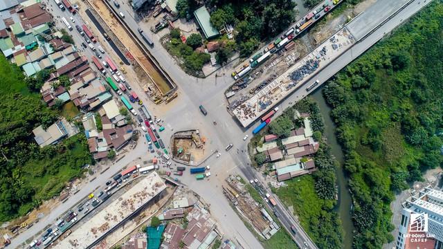 Có thể nói, chưa có khu vực nào ở TPHCM được đầu tư hệ thống hạ tầng kỹ thuật nhiều như khu vực cửa ngõ phía Đông thành phố. Trong vòng 10 năm trở lại đây, có đến hàng chục dự án xây dựng cầu, đường… trị giá hàng ngàn tỷ đồng đã và đang được TPHCM triển khai thực hiện.