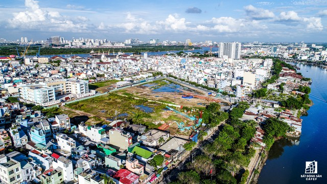 Một khu đất rộng lớn tại đường Tôn Thất Thuyết, quận 4 thuộc sở hữu của một ông lớn địa ốc TP.HCM. Theo tìm hiểu, chủ đầu tư đang tiến hành san lắp mặt bằng chuẩn bị xây dựng khu căn hộ cao cấp ven sông.