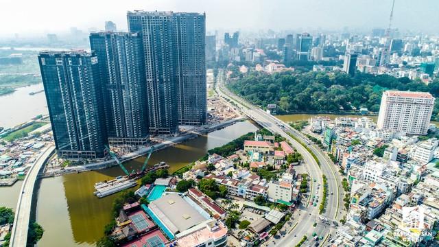Tọa lạc ngày đầu Kênh Nhiêu Lộc - Thị Nghè, dự án Golden River cũng đang trong quá trình hoàn thiẹn phần thô, dự kiến sẽ được bàn giao cho khách hàng trong vài tháng tới.