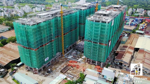 Hàng loạt dự án chung cư cao tầng, khu biệt thự xuất hiện dày đặc hai bên tuyến đường tại khu Đông, từ cầu Phú Mỹ (quận 2) tới Ngã tư Gò Dưa (quận Thủ Đức).