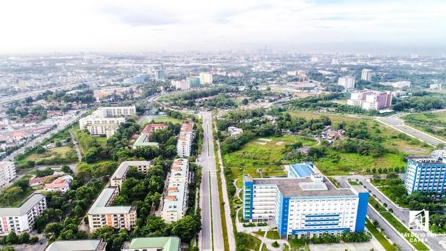 ' Hiện, trong khu vực này, các tòa nhà thấp trong khuôn viên của ĐH Khoa học tự nhiên đã có từ thời Làng đại học Thủ Đức. '