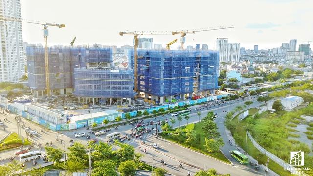 Nằm cách Nguyễn Văn Linh khoảng 500m Novaland đang thi công dự án Sunrise Riverview với hơn 300 căn hộ.