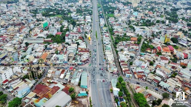 Từ lâu, xung quanh khu vực đường Tô Ngọc Vân cũng là điểm nóng của nhiều dự án căn hộ, nhà phố do quận Thủ Đức là địa bàn tập trung nhiều dự án hạ tầng cơ sở quy mô khá lớn của TP.HCM.