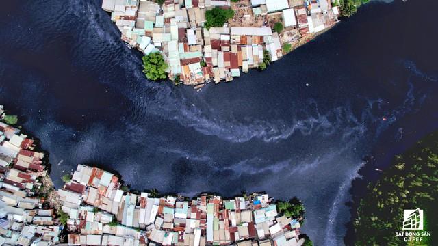 Từ lâu, những khu dân cư lụp xụp ven kênh rạch trên địa bàn thành phố còn được gọi là xóm nước đen.