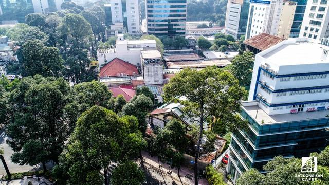 Khu đất này nằm ngay tuyến đường sôi động bậc nhất của trung tâm Sài Gòn, xung quanh là hàng loạt trung tâm thương mại cao cấp đã và đang được xây dựng.
