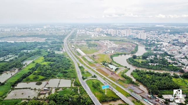 Một số con đường hiện hữu như Đồng Văn Cống, Nguyễn Thị Định chuẩn bị được đầu tư mở rộng cũng là điều kiện tốt để nhà đầu tư bung ra thị trường các dự án khu biệt thự cao cấp.