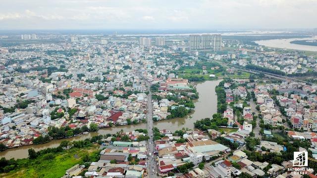 Song song với việc gấp rút đầu tư mở rộng đường Nguyễn Thị Định (giữa), TP.HCM cũng sẽ đầu tư mở rộng đường Đồng Văn Cống (phải), nhằm giúp kéo giãn kẹt xe ngay cửa ngõ trung tâm quận 2.