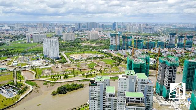Dọc đại lộ Mai Chí Thọ, TP.HCM còn đầu tư một số khu công viên bờ sông rộng lớn, từ đó giúp cho dòng vốn ồ ạt chảy vào thị trường địa ốc.