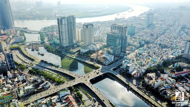 Dự án đang thi công ở cống Bến Nghe (Bến Vân Đồn). Hạng mục thi công nằm bên dưới cây cầu lịch sử hơn 100 năm của TP.HCM - Cầu Mống