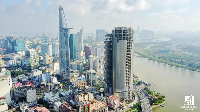 Dự án làm xấu bộ mặt TP.HCM M&C Tower. Tọa lạc ngay đầu đường Hạm Nghi, đối diện Bến Nhà Rồng, đươc xây đạt tiến độ đến 80% nhưng trùm mền suốt hơn 5 năm qua