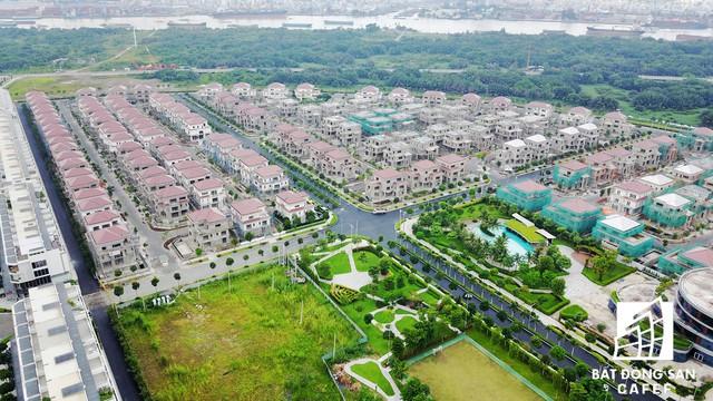 Bên trong dự án khu villa cấp cao, tiện ích nội khu như các công viên, trọng điểm thương mại, khu y tế, trường học cũng đã được đưa vào khai thác.