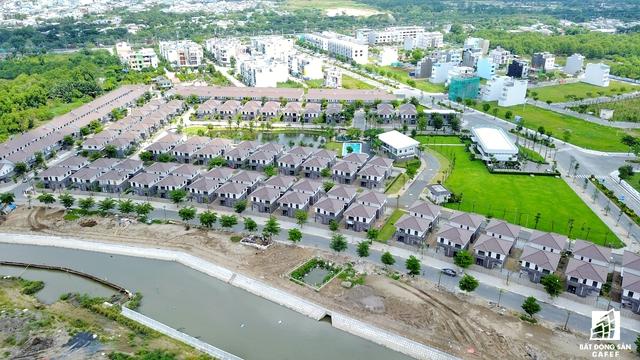 Ngoài phân khúc căn hộ cao cấp, dọc trục đường Nguyễn Văn Linh còn bùng nổ các dự án diệt thự của các nhà đầu tư nước ngoài như Nine South của Vinacpital, Mizuki Park của Nam Long có vốn Nhật Bản, Livila của Kiến Á