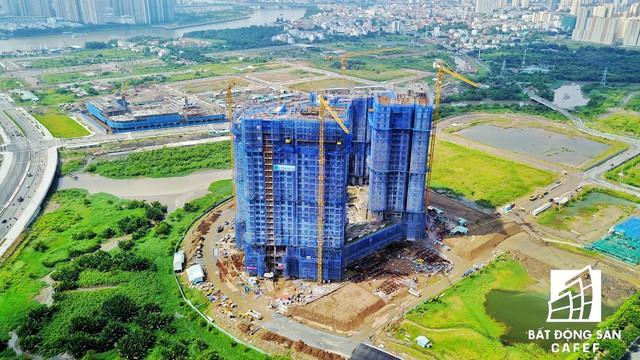 Khu căn hộ chung cư cấp cao Sadora đang xây dựng phần cao tầng, vừa được cất nóc.