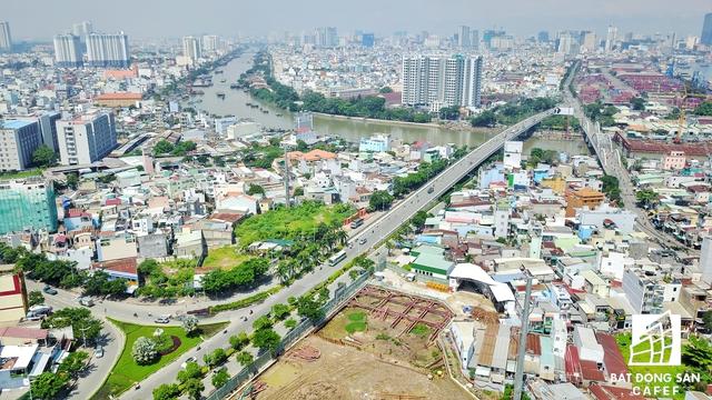 Dự án nằm ngay vị trí sau khi qua khỏi cầu Tân Thuận 2 từ hướng quận 4. Tại đây có thể kết nối với trung tâm quận 7, Cần Giờ.