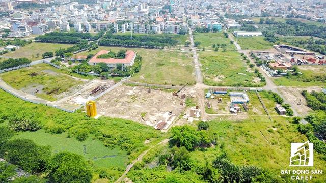 Chủ đầu tư Hoàn Cầu đã xây dựng đúng một ngôi trường tiểu học, còn lại cả khu đất đang bỏ hoang. Ngay cả dự án Diamond City do tập đoàn này đầu tư tại đây cũng thi công khá ì ạch.