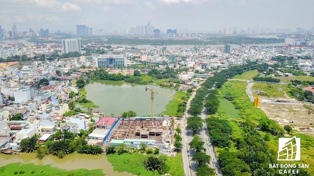 Nằm ngay đầu đường Nguyễn Văn Linh là hai dự án khá lớn của Tiến Phát và Hoàn Cầu đang trong quá trình xây dựng. Dự kiến hai dự án này sẽ cho ra thị trường gần 1.000 căn hộ trong năm 2018.
