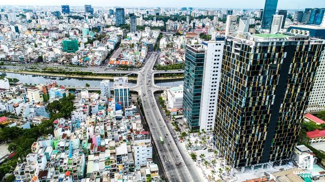 Dọc đường Nguyễn Tất Thành và các con đường lân cận có nhiều dự án căn hộ, trung tâm thương mại, văn phòng cao cấp đã và đang xây dựng.