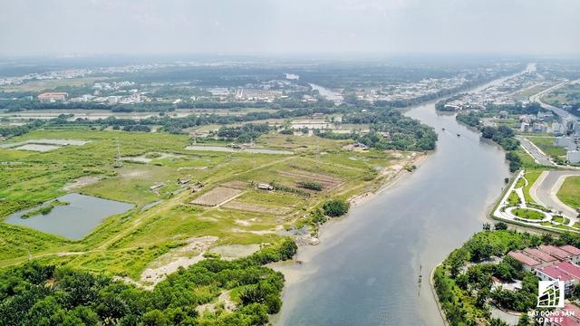 Khu đất rộng lớn này chỉ cách đường Nguyễn Văn Linh khoảng 2km. Nhiều thông tin tìm hiểu cho biết có khả năng nhóm nhà đầu tư mới sẽ xin đầu tư một cây cầu nối thẳng vào dự án