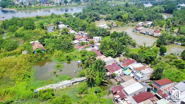 Cuộc sống của gần 100 hộ dân ở đây rất tạm bợ, đa phần là người các tỉnh xa đến TP.HCM làm ăn và sinh sống