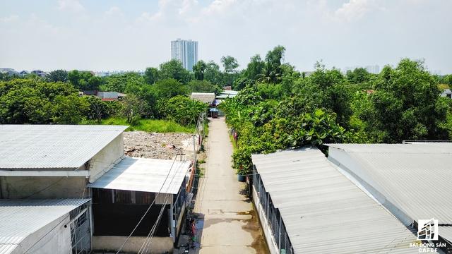 Để vào được khu đất rộng lớn này, chỉ có một con đường nhỏ hẹp duy nhất đi xuyên qua Khu dân cư Phước Kiểng A, qua các cây cầu tạm bợ. Bên trong đa phần là đất nông nghiệp, và cũng là địa bàn dành cho các đối tượng nghiện hút, vô gia cư...
