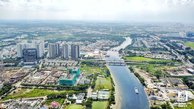 Khu đô thị Phú Mỹ Hưng phần lớn là đầm lầy nên thừa hưởng rất nhiều kênh rạch, do vậy các dự án BĐS cũng được hưởng lợi lớn.