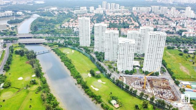 Phú Mỹ Hưng có lợi thế sông ngòi, kênh rạch chằng chịch cũng là một lợi thế cho thị trường địa ốc. Trong ảnh là một trong các dự án đang được xây dựng của công ty Phú Mỹ Hưng, sẽ có 300 căn hộ ra thị trường trong 2018.
