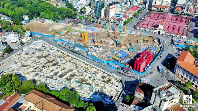 Cạnh công trường thi công nhà ga là dự án Spirit of Saigon của tập đoàn Bitexco đang thi công phần cao tầng. Đối diện là khu chợ Bến Thành lịch sử của TP.HCM