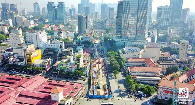 Trải dài hơn nửa km, toàn bộ khu vực trung tâm TP.HCM (tuyến đường Lê Lợi) đã được rào chắn, diện tích mặt đường bị thu hẹp nên thường xuyên kẹt xe