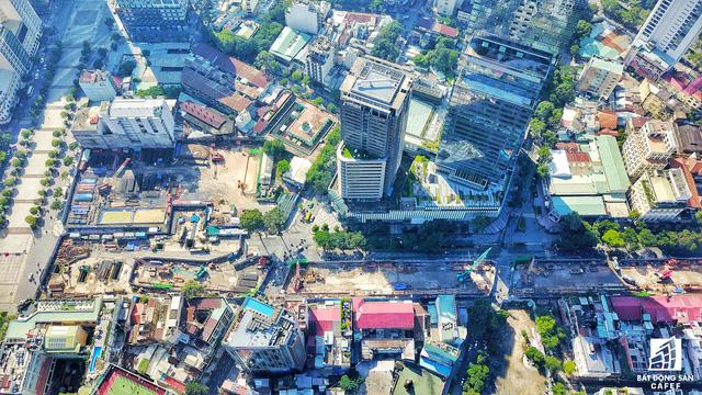 Không chỉ có dự án cao ốc của Bitexco đang được xây dựng, khu vực này còn có dự án Sài Gòn Centre giai đoạn 2 vừa đưa vào hoạt động, bên cạnh là khu đất đang xây dựng Thương Xá Tax 60 tầng, gồm 6 tầng hầm kết nối trực tiếp vaò nhà ga trung tâm