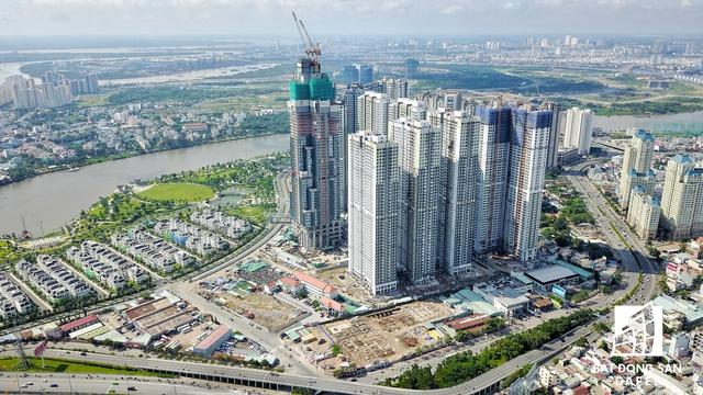 Toàn cảnh tổ hợp siêu dự án do Vingroup đầu tư nhìn từ trên cao. Theo tìm hiểu, tòa Landmark 81 hiện đã đạt tầng 55, lắp đặt kính ở tầng 50.
